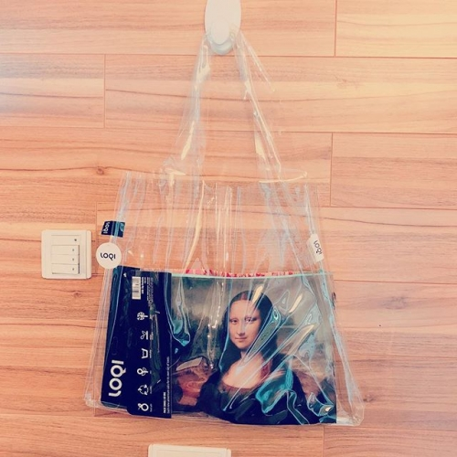 Mona Lisa inside LOQI TRANSPARENT TOTE  #totebag#travel#eco#ecobag#mod#modmod#modmodclub#catlovers#catlovers#museum#moma#disneyhk#fashion#hongkong#tst#magritte#fashion#pietmondrian#gifts#giftideas#vangogh#starrynight#hokusai#loqi_hk#monet#cats#dogs#loqi#keithharing #transparentbag #monalisa#davinci